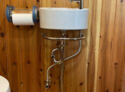 【施工事例】狭いトイレにもスッキリ収まる手洗器に交換〜バリアフリー対応〜